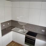 Šilto atspalvio balta virtuvė